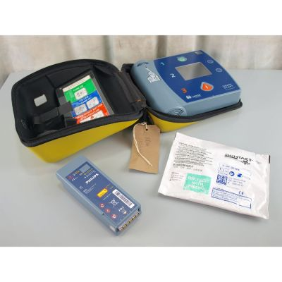 Laerdal Heartstart FR2+ AED Defibrillator with Battery (73%), 1 NEW Pack of Electrodes & Carry Bag